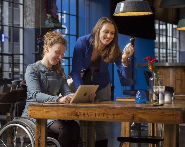 Twee meiden kijken op laptop